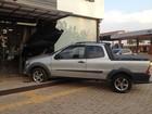 Idoso colide carro contra fachada de restaurante em Porto Velho