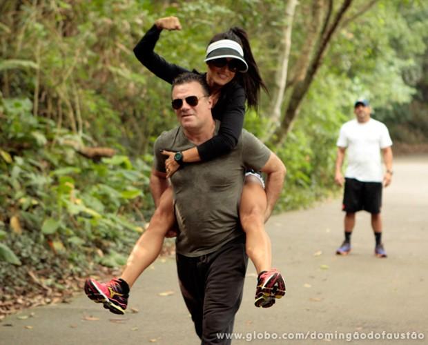 Adriano Garib carrega Aline Riscado nas costas (Foto: Domingão do Faustão / TV Globo)