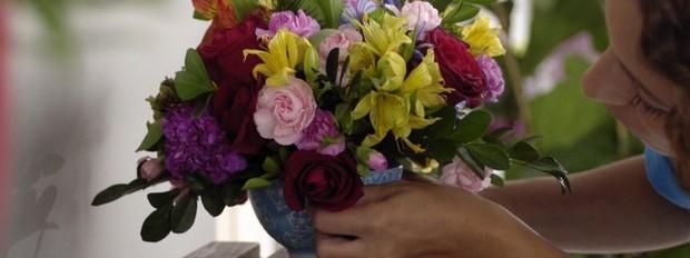 mais cor, por favor, episdio 5, carol costa, mais plantas, adriana, thalita carvalho, arranjo de flores (Foto: Divulgao/GNT)