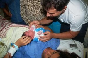 Francisco Netto e o filho Fernando, logo após o nascimento  (Foto: Francisco Netto/Arquivo Pessoal)