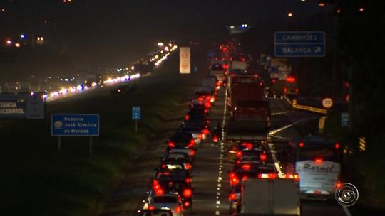 Acidente entre dois carros causa congestionamento em rodovia