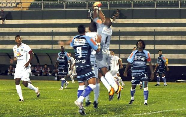 Goleiro Róbson Bahia sai para socar a bola no Chapecoense x São Mateus (Foto: Divulgação/Chapecoense.com)