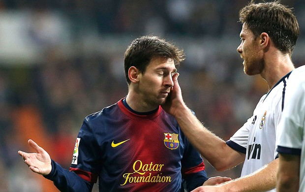 Xabi Alonso e Messi na partida do Real Madrid contra o Barcelona (Foto: Reuters)