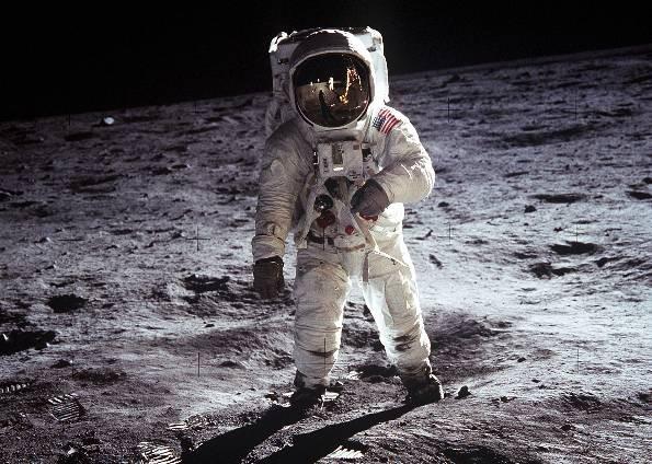 """O astronauta Edwin """"Buzz"""" Aldrin na Lua, com Neil Armstrong refletido em seu visor. Os dois, além de Michael Collins, foram os primeiros homens a pousar na Lua, em 1969 (Foto: Divulgação/Nasa)"""