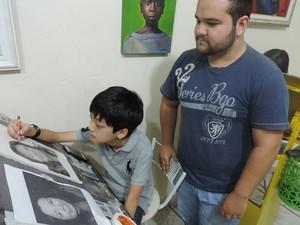 Professor Henrik destaca que o aluno mostra talento, mesmo jovem (Foto: Caio Gomes Silveira/ G1)