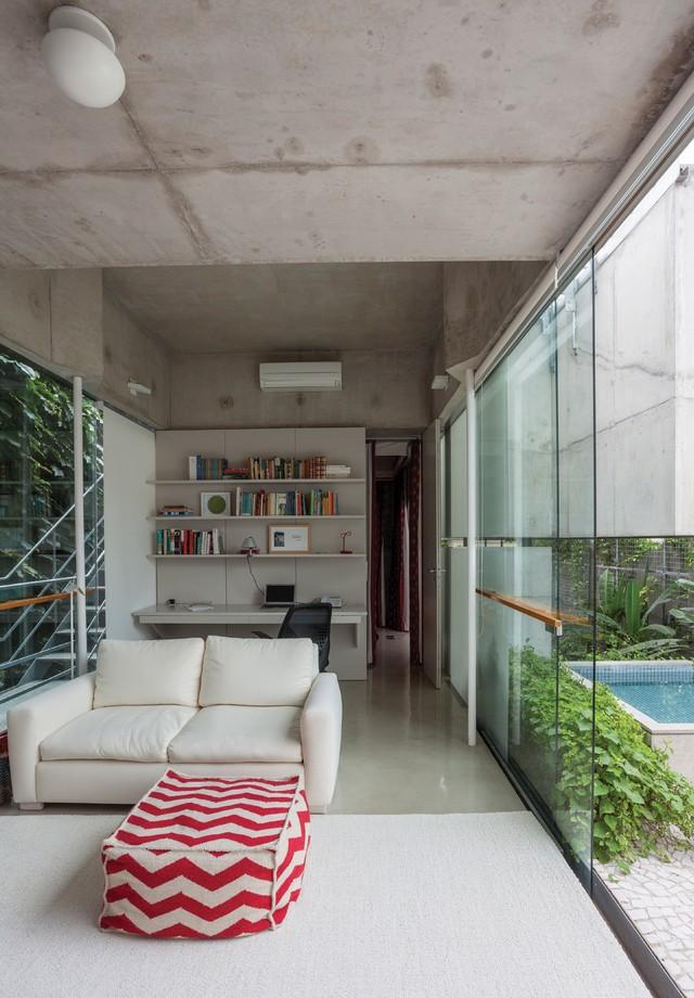 No andar do meio, fica a sala íntima, o escritório e o quarto do casal. (Foto: Tuca Reines)