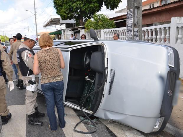 Uma médica de 49 anos perdeu o controle do carro e capotou na manhã desta quinta-feira (27), de acordo com o Corpo de Bombeiros, em uma das ruas do bairro Torre em João Pessoa. (Foto: Walter Paparazzo/G1)
