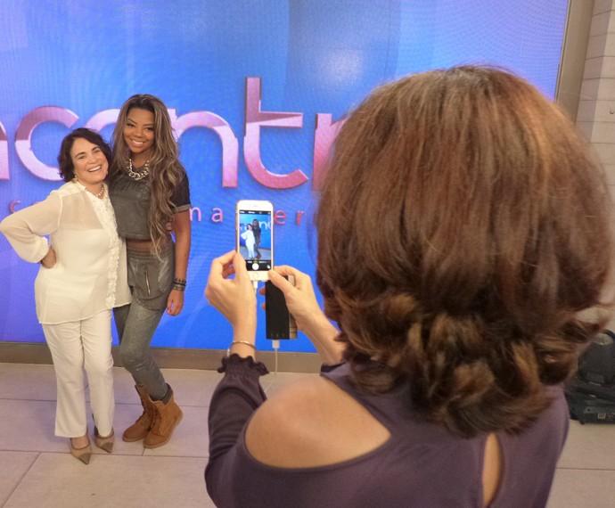 Apresentadora faz um clique de Regina Duarte e Ludmilla (Foto: Marcele Bessa / Gshow)