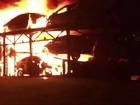 Incêndio destrói carretas cegonhas com vários carros em Resende, RJ