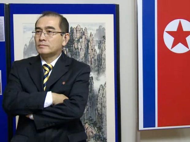 Vídeo de 3 de novembro de 2014 mostra o vice-embaixador norte-coreano no Reino Unido, Thae Yong-Ho, que desertou e fugiu para a Coreia do Sul (Foto: Katie Schubaubr/AFPTV/AFP)