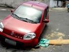 Carro fica preso ao cair em bueiro com 'tampa' de madeira em Sumaré