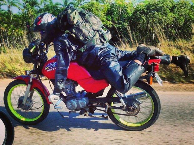 Homem pilotava motocicleta deitado, em Rondônia (Foto: Thiago Lima/Arquivo pessoal)