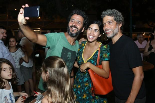 Marcos Palmeira faz selfie com Bela Gil e Estevão Ciavatta (Foto: Roberto Filho/Brazil News)