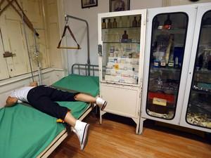 """Jovem procura pistas para """"escapar"""" de sala de fuga no ExitPointGames, em Budapeste (Foto: Laszlo Balogh/Reuters)"""