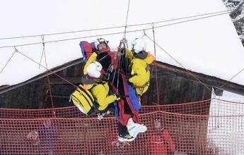 Em prova cheia de acidentes, austríaco leva tombo e sai de helicóptero; vídeos