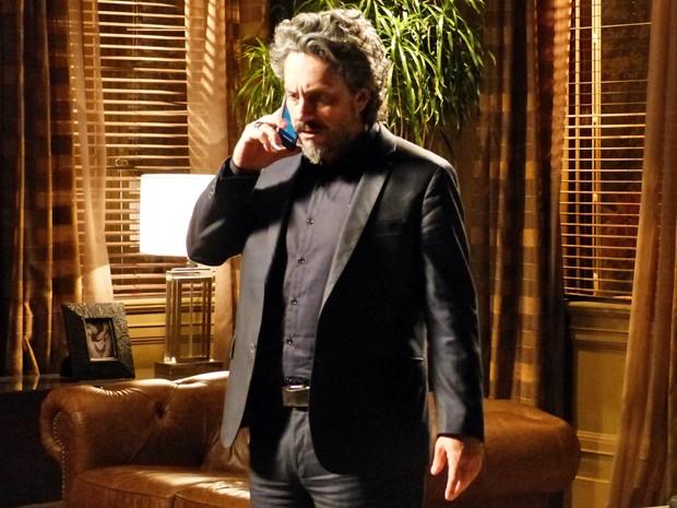 Zé leva um susto ao receber uma ligação misteriosa (Foto: Gshow)