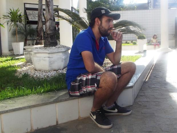 O designer Lucas Maia começou a fumar aos 15 anos  (Foto: Henrique Corrêa/G1)
