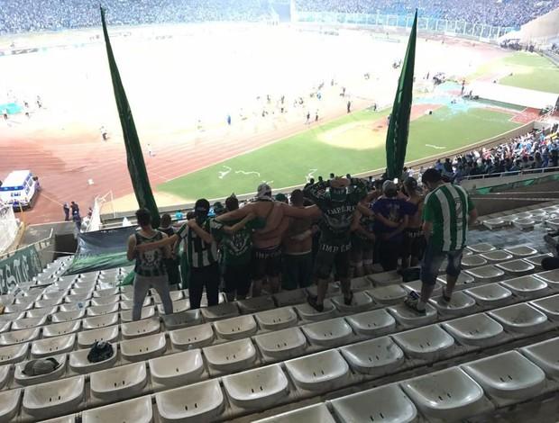 Torcida Coritiba abraçada durante cobrança de pênaltis contra o Belgrano