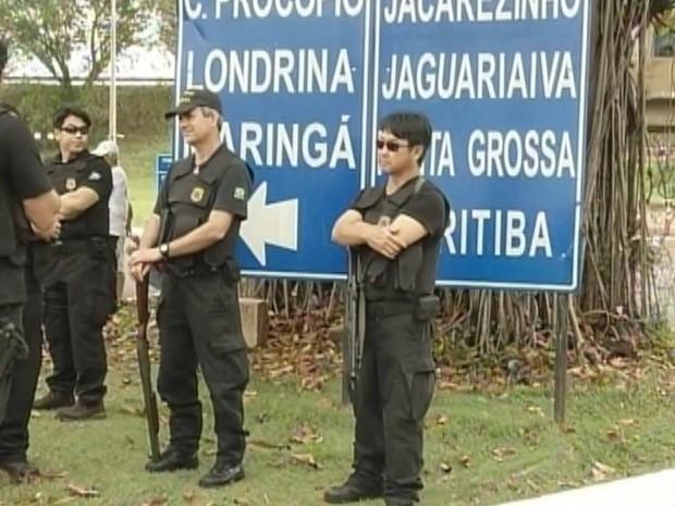Policiais federais armados foram convocados pela Justiça (Foto: Reprodução TV Tem)