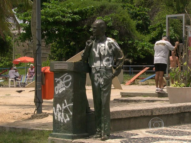 estátua de Zózimo Barroso do Amaral, no posto 12, no Leblon, também foi alvo de vandalismo na madrugada desta quarta. (Foto: Reprodução/TV Globo)