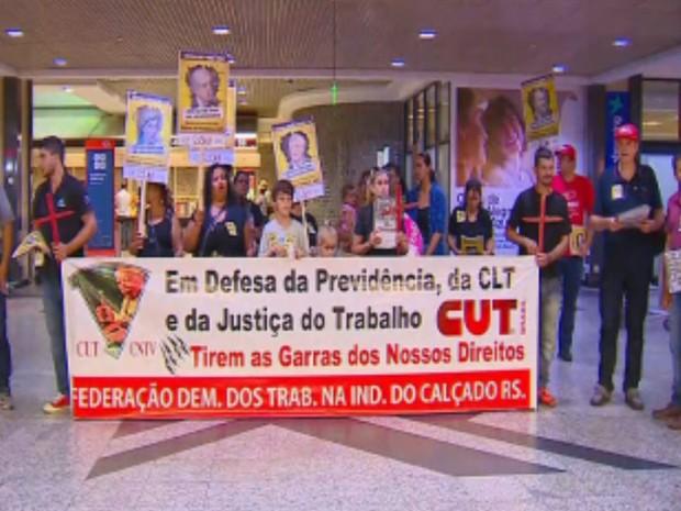 Protesto realizado pela manhã no Aeroporto Salgado Filho, em Porto Alegre (Foto: RBS TV/Reprodução)