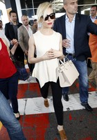 Look do dia: Sienna Miller usa bolsa de R$ 597 e visual básico em Cannes