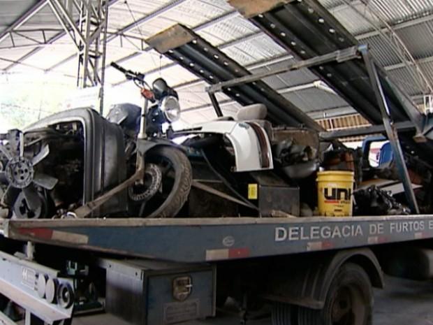 Peças de automóvel e moto estão entre as apreensões da polícia, em Cariacica (Foto: Reprodução/TV Gazeta)