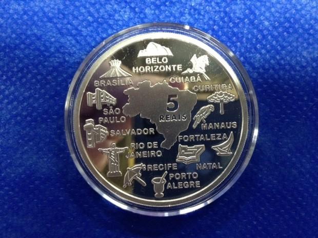 Moeda comemorativa de prata (Foto: Guilherme Brito / G1)