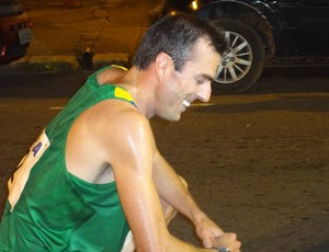 O velocista Fabiano Peçanha, exausto, logo após atravessar a linha de chegada (Foto: Pedro Cruz/GLOBOESPORTE.COM)