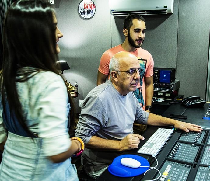Gabi e Rodrigo Melim observam Ricardo Feghali no estúdio (Foto: Arquivo pessoal)