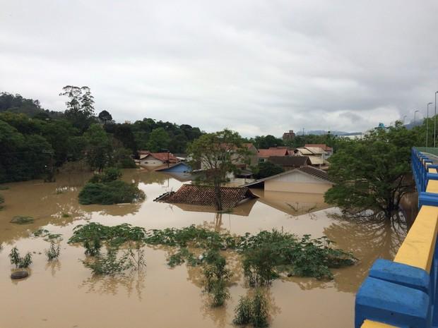 Casas continuam completamente alagadas em Rio do Sul nesta sexta-feira (23) (Foto: Larissa Vier/RBS TV)