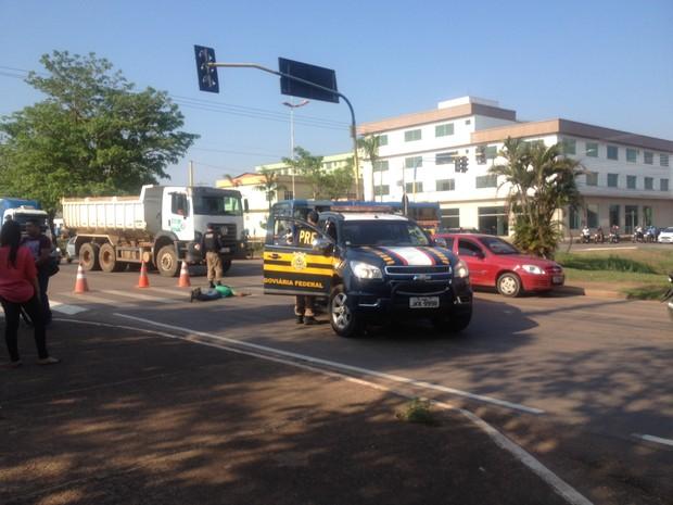 Homem foi atropelado após não verificar que sinal estava verde para motorista (Foto: Hosana Morais/G1)