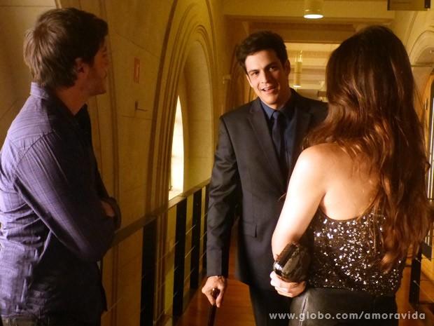 Félix percebe a movimentação do casal, vai atrás deles e entra no golpe (Foto: Amor à Vida / TV Globo)
