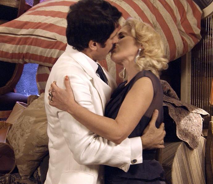 Empolgados com o plano, Sandra e Ernesto se beijam (Foto: TV Globo)