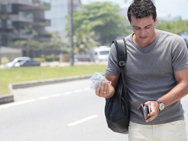 Théo se dá conta que não tem dinheiro para pegar táxi (Foto: Salve Jorge / TV Globo)