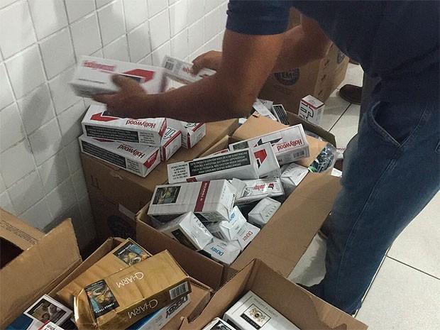 Ao todo, 5.300 caixas de cigarro foram apreendidas (Foto: Divulgação/Polícia Militar)