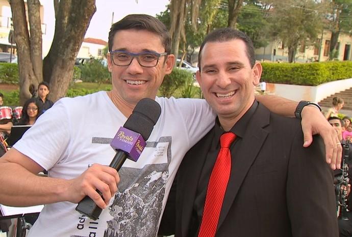 Marcão posa para a foto com o maestro Heliton Augusto (Foto: Reprodução / TV TEM)
