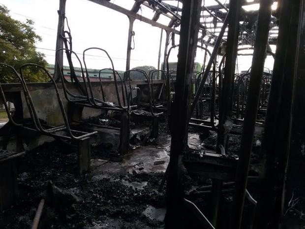 Interior do ônibus foi todo consumido pelo fogo (Foto: Giuliano Chimenez/RBS TV)