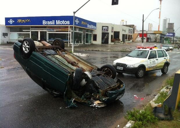 Carro capotou perto do cruzamento das avenidas Prudente de Morais e Mor Gouveia (Foto: Felipe Gibson/G1)