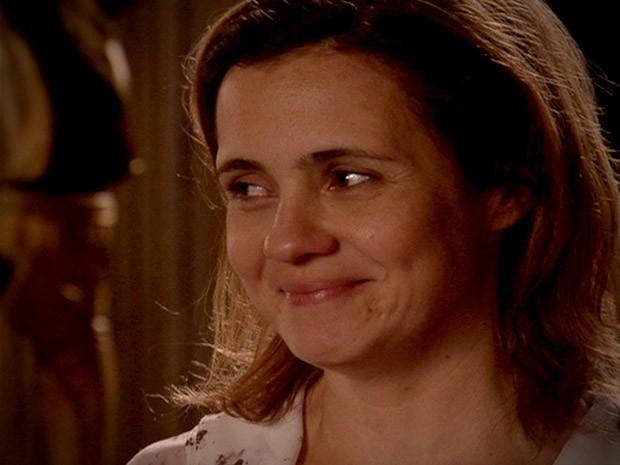 Deboche ou alegria? Mesmo sendo humilhada por Nina, Carminha voltou a sorrir. O que será que a megera está vendo que a deixou tão feliz? (Foto: Avenida Brasil / TV Globo)