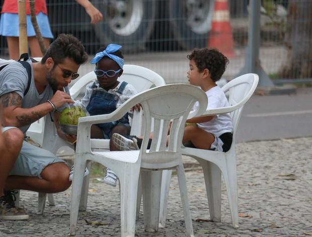 Bruno Gagliasso bebendo água de côco com a filha, Titi (Foto: Agnews)