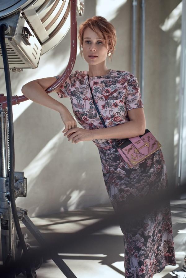 Mariana Ximenes usa blusa e saia Miu Miu, brincos Dior, bolsa Prada (Foto: Gustavo Zylbersztajn (SD MGMT))