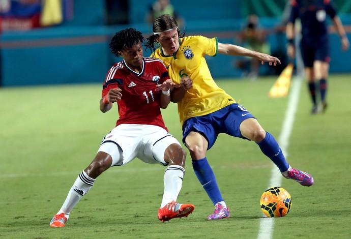 Brasil x Colômbia - Cuadrado e Filipe Luis (Foto: Mowa Press)