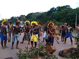 Indígenas das etnias Terena e Maben-Groke fazem manifestação na rodovia. (Foto: Bruno Maia/PRF-MT)