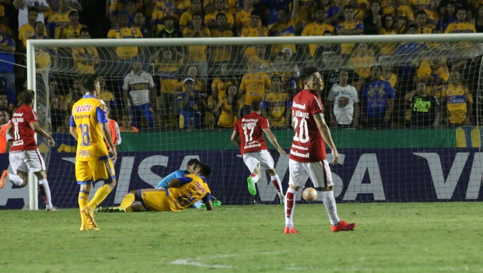 Lisandro López desconta para o Inter (Foto: Diego Guichard)