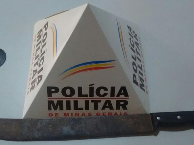Facão apreendido dentro do carro onde casal estava (Foto: Polícia Militar/Divulgação)