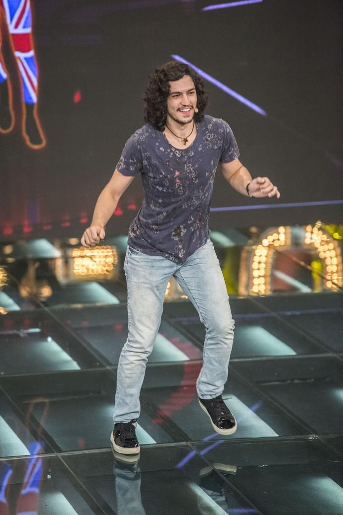 Gabriel Leone dança em game no palco (Foto: Globo/Renato Rocha Miranda)