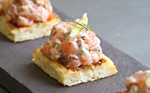 Para receber os amigos: tartare de salmão sobre miniwaffle de batata
