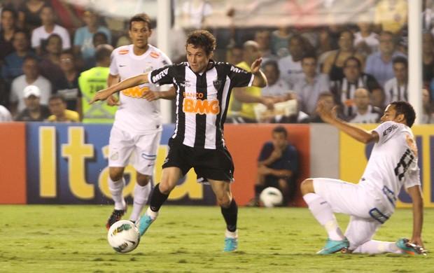 Bernard, Santos e Atlético-mg (Foto: Leandro Martins / Futura Press)