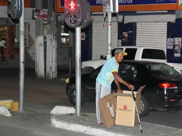 Mesmo com deficîência em uma das pernas, José Carlos mantém coleta (Foto: Raimundo Mascarenhas / Calila Notícias)